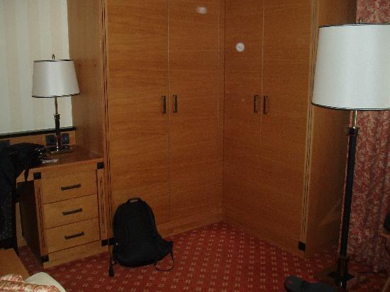 Maritim Hotel Dresden: Schlafzimmer Eckschrank