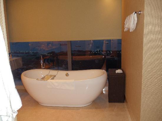 โรงแรมมารีน่า เบย์ แซนด์ส: Bathtub overlooking the S. China Sea