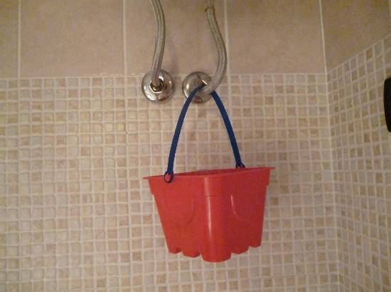 Alle Porte del Vaticano B&B: A bucket to collect water, an Italian way of fixing pipe issues.