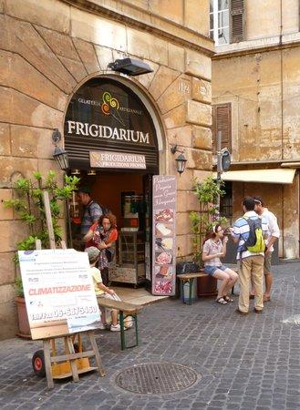 La Gelateria Frigidarium: The place is really small, but gelato is tasty!