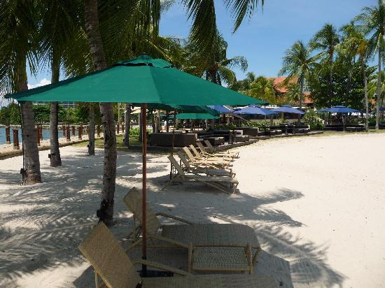 Shangri-La's Tanjung Aru Resort & Spa: Overlooking beach area