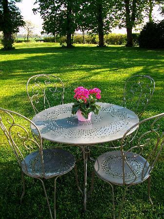 MANOIR LES PERDRIX : Un verre de cidre frais au jardin ?