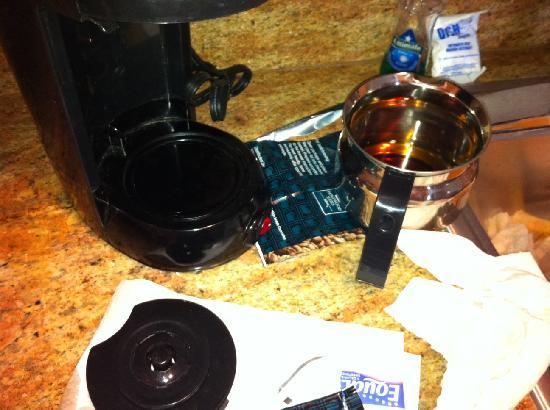 Homewood Suites Amarillo: Broken coffee pot, lousy coffee