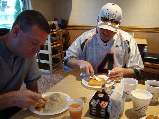 Country Inn & Suites By Carlson, Columbus Airport East: Breakfast time at Country Inn and Suites before the big game