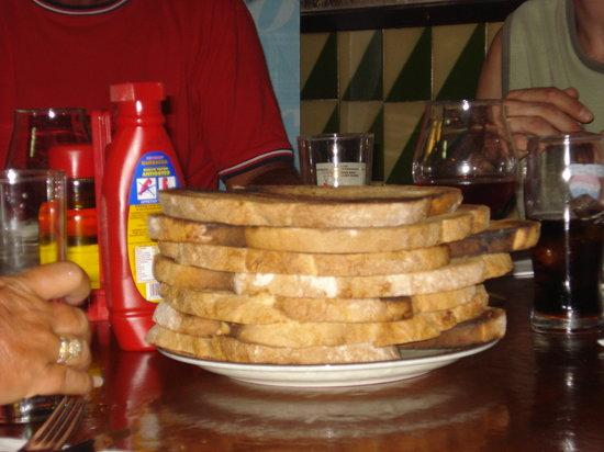 La Bota Bodega: Geroosterd brood voor de alioli.
