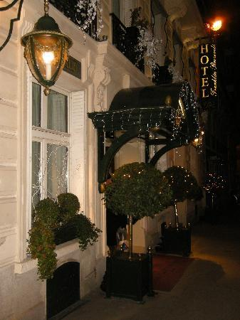 Hôtel Franklin D. Roosevelt: Hotel entrance New Year's Eve