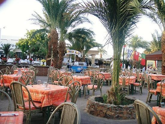 Menaville Resort: Evening Dinning area