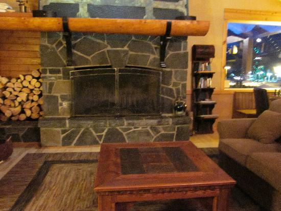 Canmore Rocky Mountain Inn: Lobby Fireplace