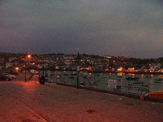 Little Leaf Guest House : The beach harbour at night