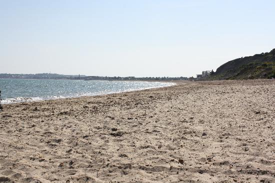 Waterside Holiday Park & Spa: Short walk to the beach