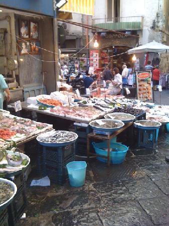 Naples, Italy: Fischstand in der Altstadt