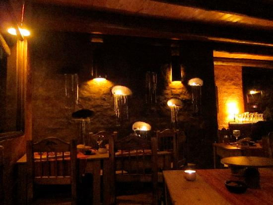 Mamuna: Bistro at night