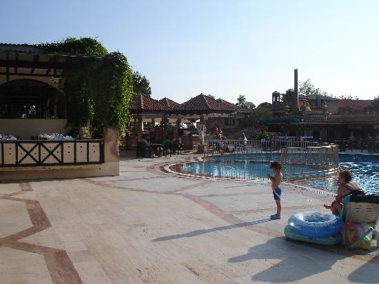 NOA Hotels Oludeniz Resort Hotel: Main pool & Pool Bar