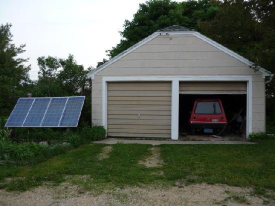 Inn Serendipity Farm and B&B: Solar panels fuel electric car