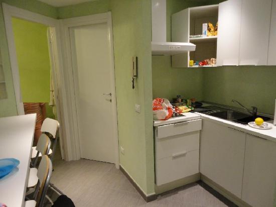 B&B 94 Rooms Vatican-Scipioni: Kitchen, bathroom door
