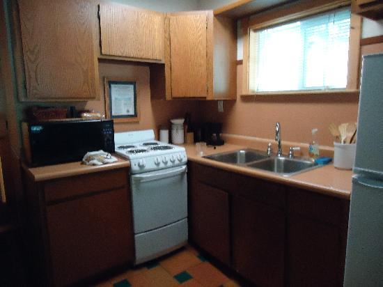 Sequoia Village Inn: Adequate kitchen