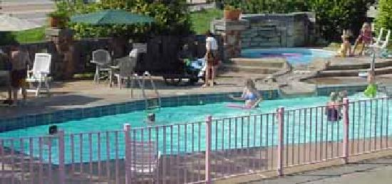Quail's Nest Inn & Suites: Our outdoor pool and kiddy pool