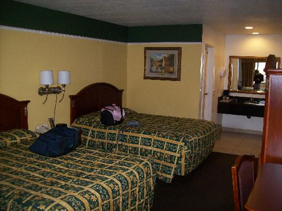 Portola Inn and Suites: 2 queen beds and sep bath