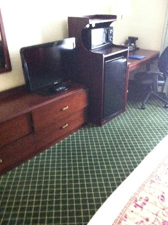 Fairfield Inn Charlotte Mooresville/Lake Norman: TV/Desk/Dresser
