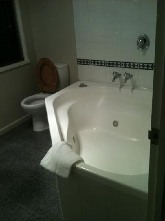 Akaroa Cottages - Heritage Collection: the bathroom
