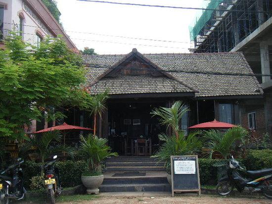 Spirit House Bar & Restaurant: View of restaurant from river