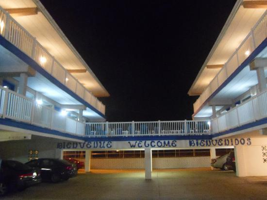 Ocean Front Motel: Night view from courtyard parking area.