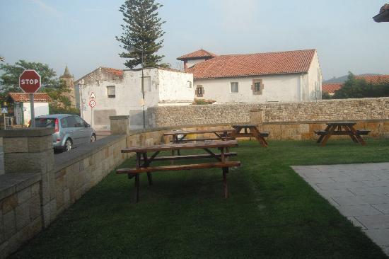 Hotel La Vijanera: Jardin exterior con bancos de madera