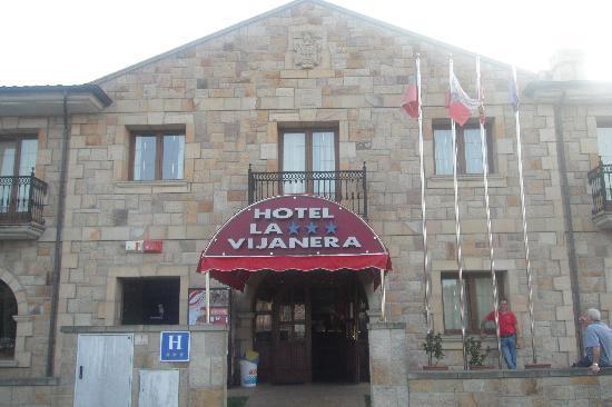 Hotel La Vijanera: Fachada principal del hotel
