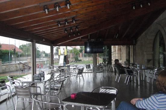 Hotel La Vijanera: Terraza cubierta con t.v.