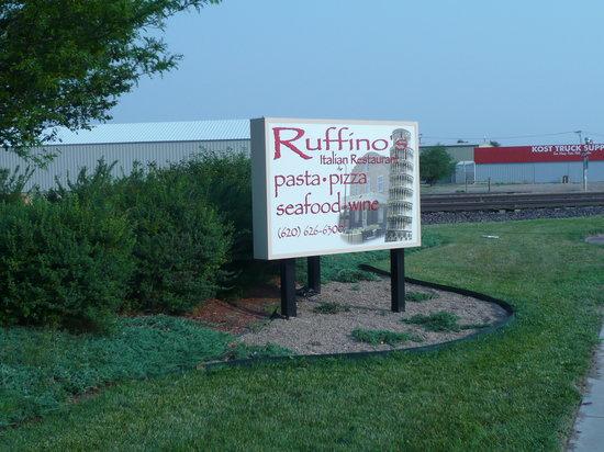Ruffino's Italian Restaurant: 通りの看板
