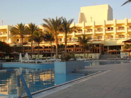 Palm Beach Resort: Das Hotel vom Pool aus gesehen