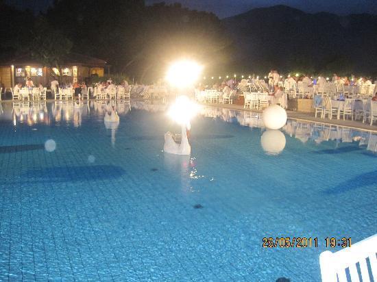 Club Med Kemer: sublissime soirée blanche autour de la piscine