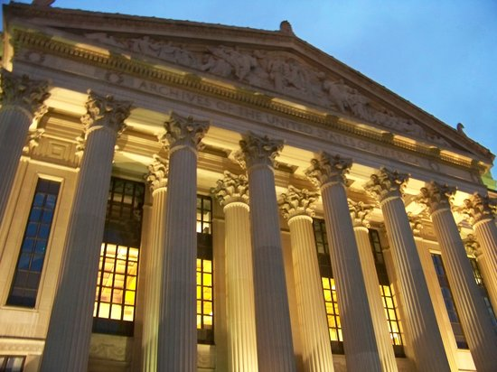The National Archives Museum: Pennsylvania Entrance to Archives at night