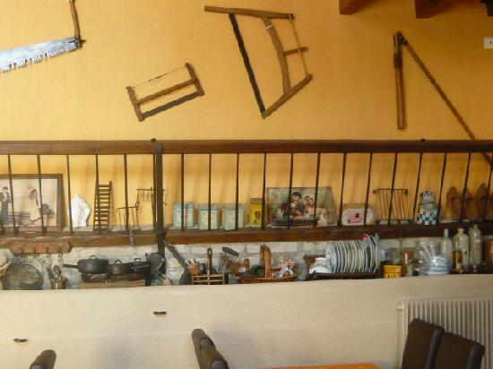 Logis Auberge des Moissons : Collections in Restaurant