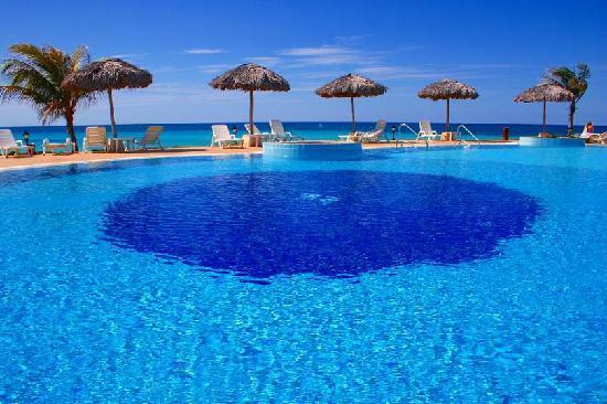 LABRANDA Varadero Resort: la piscine du coté ouest