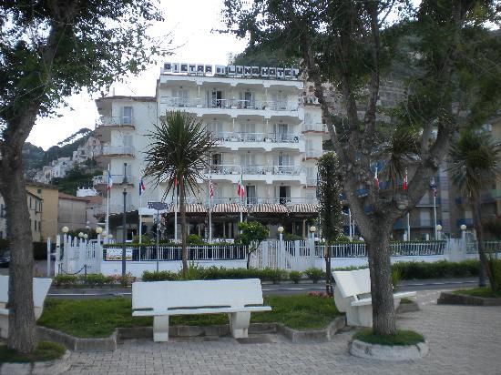 Pietra di Luna Hotel : Hotel from the promenade (overlooking beach)