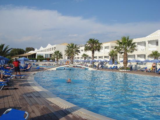 Aquis Sandy Beach Resort: отель - бассейн