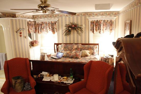 The Pettigrew Inn: the bed