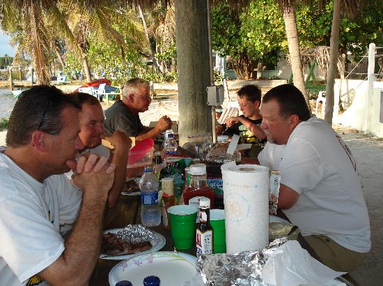 Bay Cove Motel: enjoying cooking supper out on the beach!