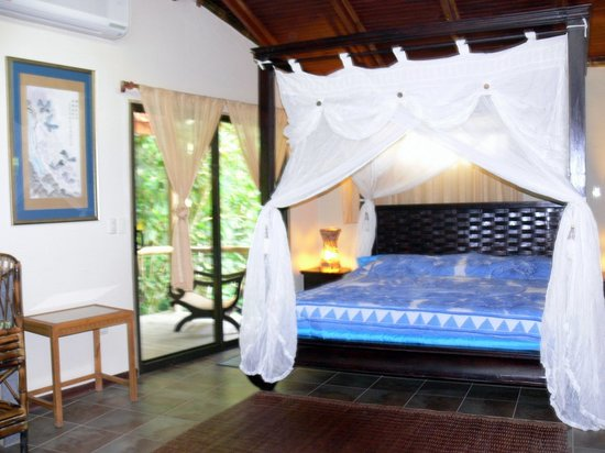 Waterfall Villas: Butterfly Suite Canopy King Bed