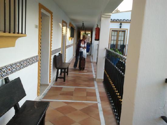 Globales Cortijo Blanco: apartment walkway
