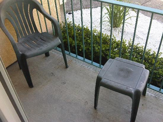 Marinwood Inn & Suites: dirty patio furniture