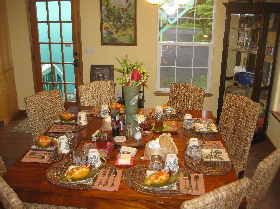 Bamboo Orchid Cottage Bed & Breakfast: liebevoll gedeckter Frühstückstisch