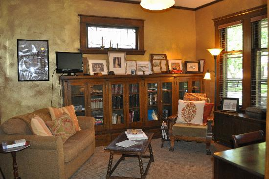 Park Place Bed and Breakfast: Park Place Library