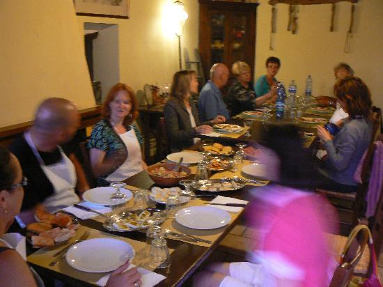 San Gimignano, Italy: Everyone eating dinner