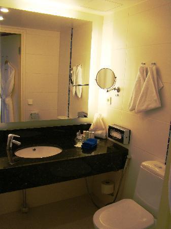 Radisson Blu Hotel, Oulu: Radisson Blu Hotel Oulu - King bed room - bathroom