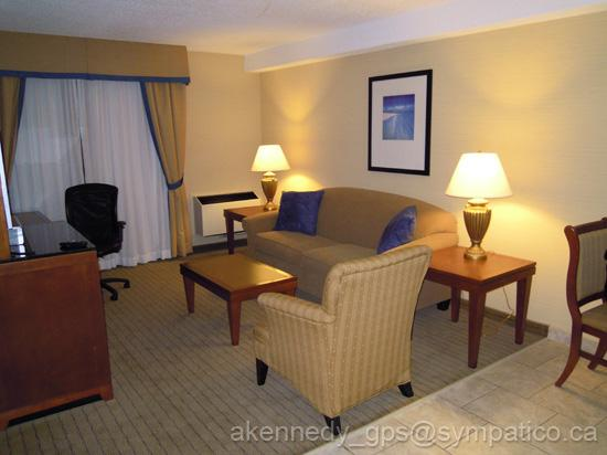 Holiday Inn Express & Suites London Downtown: Living area with work desk and TV