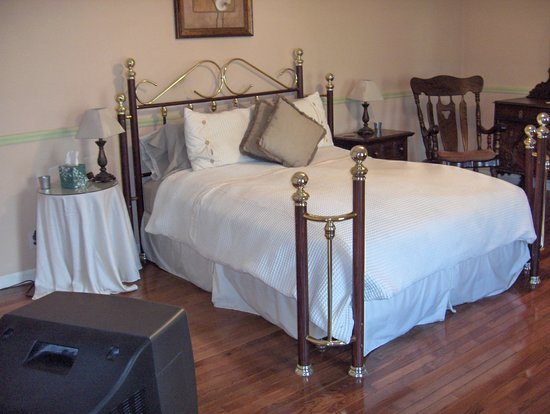 Highland Manor Bed and Breakfast: The Mahogany Room