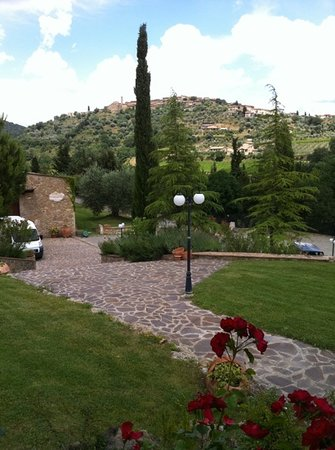 Castelnuovo dell'Abate, Италия: view of winery with town in backdrop