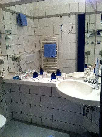 Hotel Riehmers Hofgarten: bathroom with toilet & shower